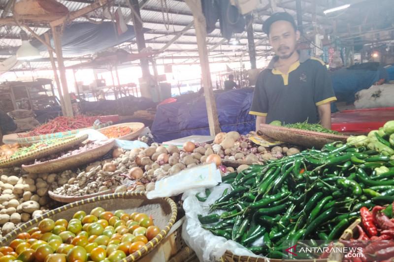 Harga tomat dan cabai di pasar Cianjur masih tinggi akibat stok minim