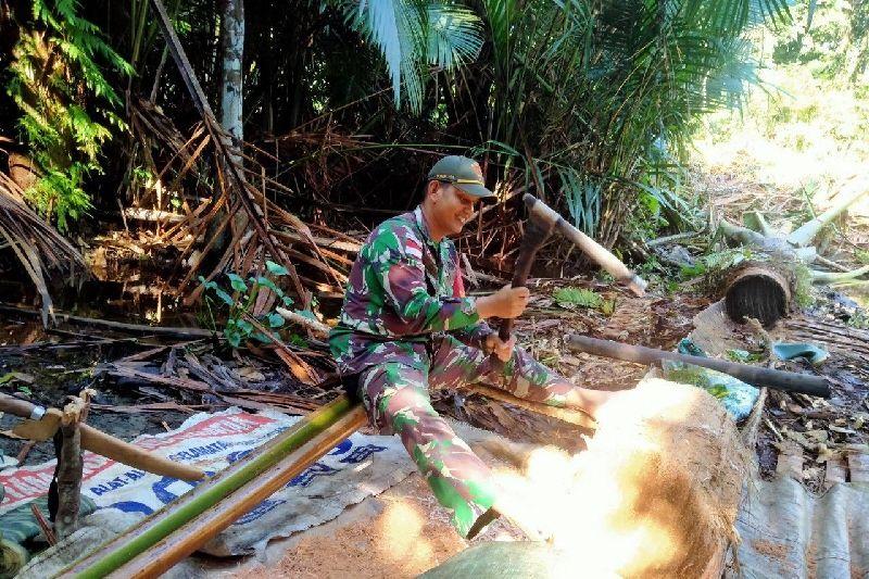 Satgas TNI Membantu Mengolah Sagu Warga Perbatasan