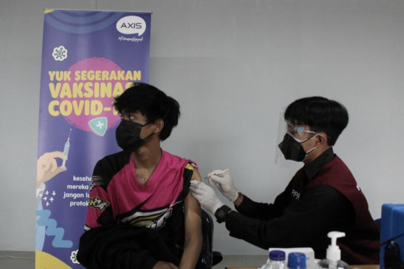 AXIS dukung vaksinasi bagi 3.200 mahasiswa dan pelajar di Bandung