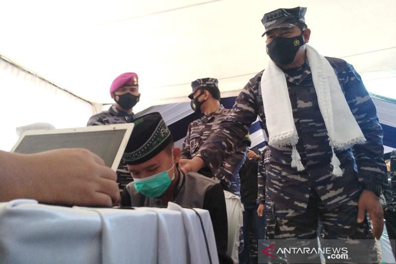 TNI AL vaksinasi COVID-19 santri di pelosok Garut dan Tasikmalaya