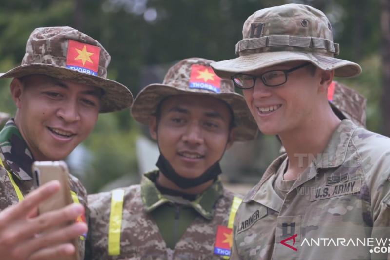 Prajurit US Army beri hadiah ke tukang bangunan di Mabes AD