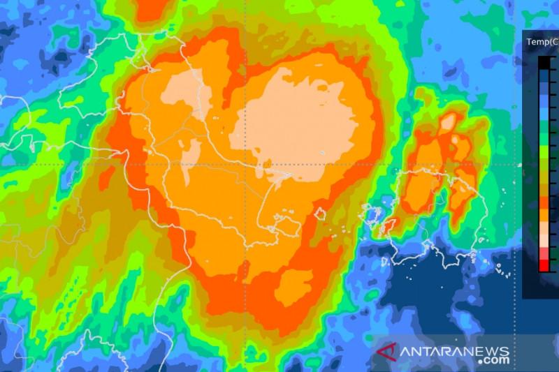Hujan lebat disertai angin kencang landa sebagian wilayah Indonesia