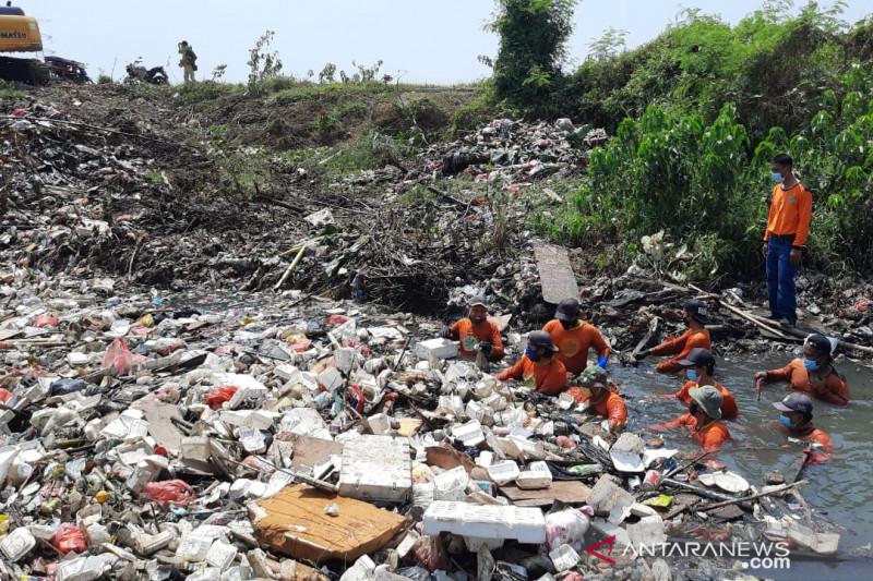 Tim Biawak DLH Bekasi angkut 50 ton sampah Kali Busa