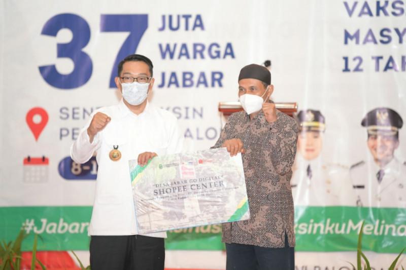 Gubernur Jawa Barat serahkan bantuan keuangan khusus desa di Indramayu