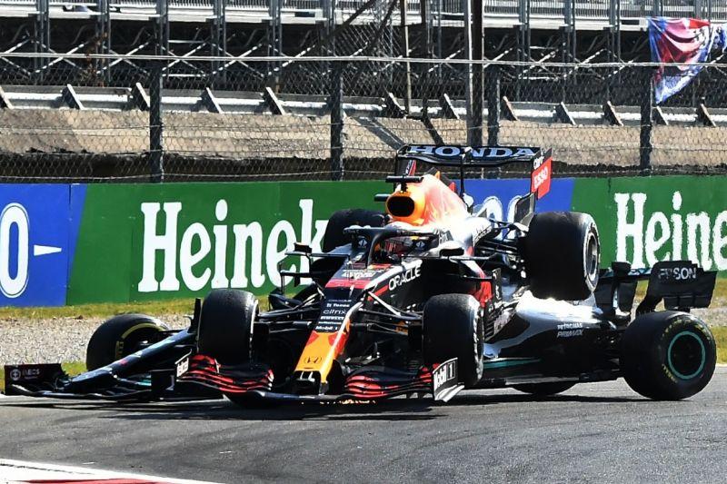 Max Verstappen diganjar penalti karena tabrakan dengan Lewis Hamilton di Monza