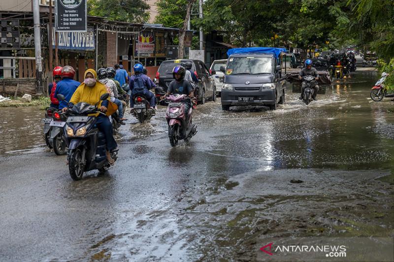 Air Tergenang Karena Sistem Drainase Tidak Berfungsi