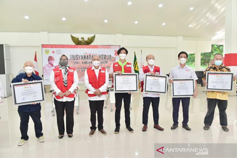 Bupati Bogor Ade Yasin beri piagam para relawan PMI