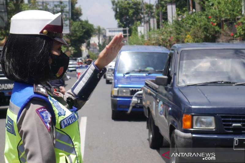 Polisi Cimahi putar balik 158 kendaraan saat ganjil genap di Lembang