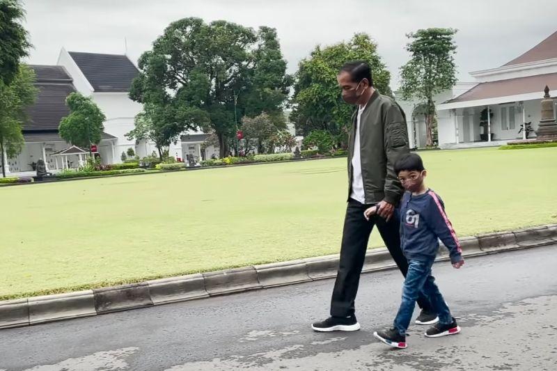 Jokowi bagikan video momen jalan dan bersepeda bersama Jan Ethes