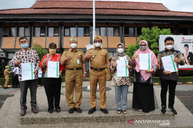 Pelaku UMKM di Garut terima sertifikat halal gratis