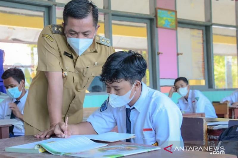 Wakil Bupati Karawang minta guru hadir lebih awal selama PTM