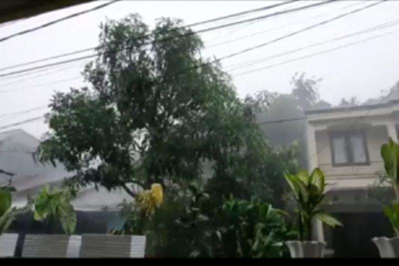 Kota Depok dilanda hujan lebat dan angin kencang