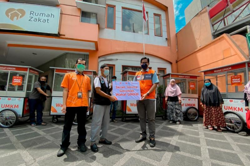 Rumah Zakat salurkan bantuan puluhan Gerobak Wakaf UMKM