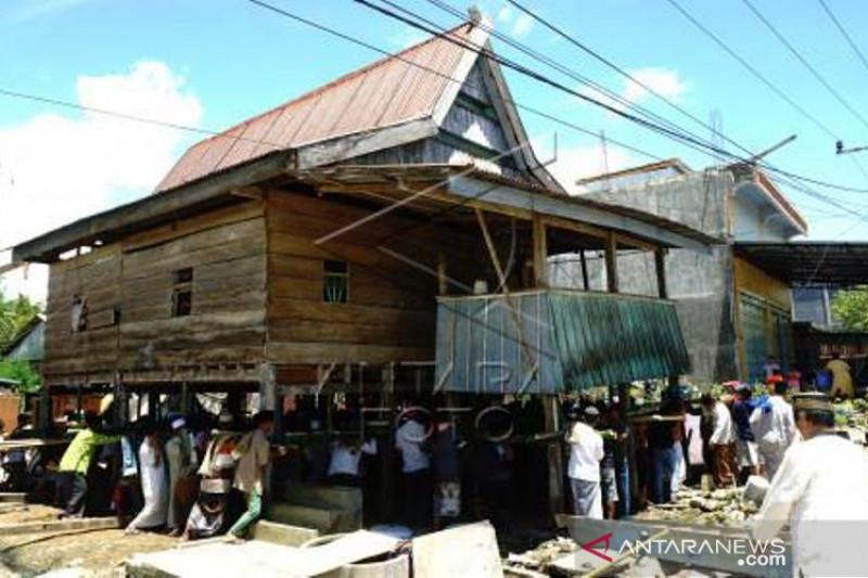 Tradisi Memindahkan Rumah Panggung Bugis