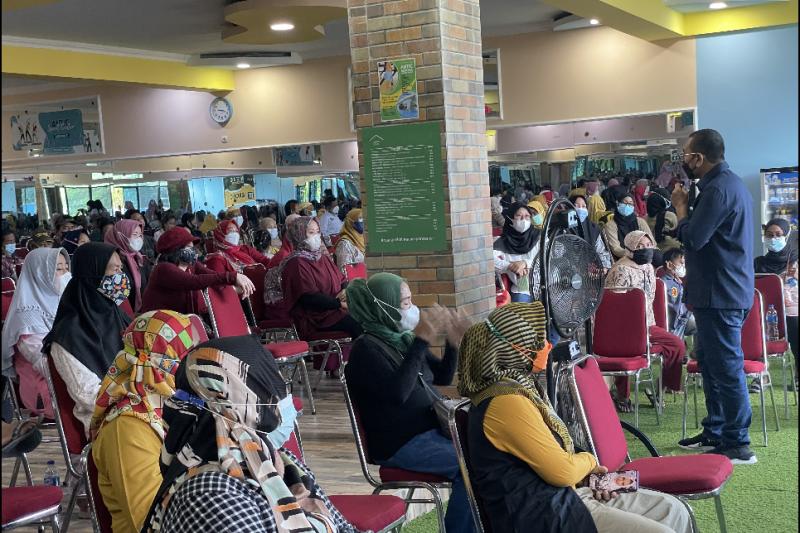 Stafsus Menteri BUMN ajak ibu-ibu Karawang ikuti program  PNM Mekaar