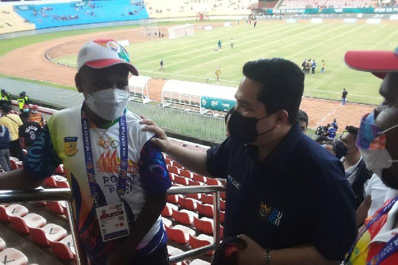 Menteri BUMN Erick Thohir bersama atlet PON Papua