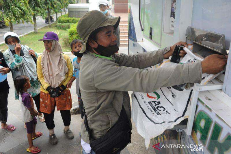 ACT bagi beras dengan truk ATM beras