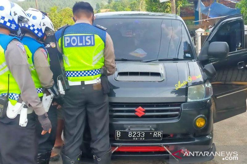 Polisi Cianjur amankan dua travel gelap saat antar penumpang
