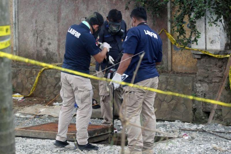 Personel Puslabfor Bareskrim Mabes Polri ambil sampel gas beracun