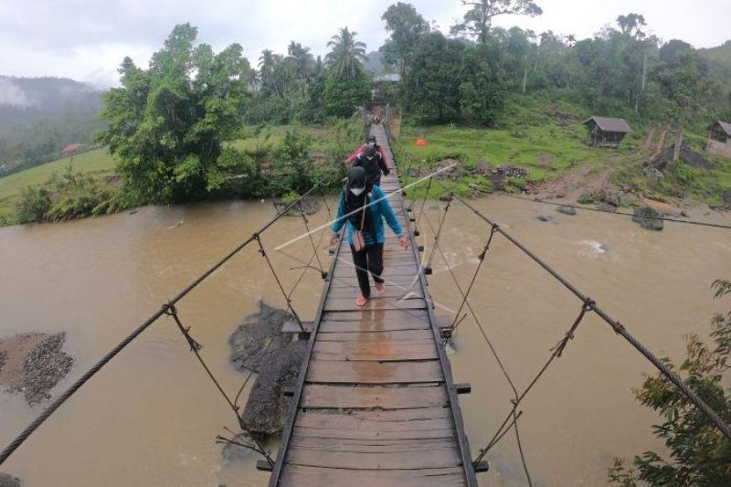 Akses jalan Di Desa Terisolir Merangin, Jambi,