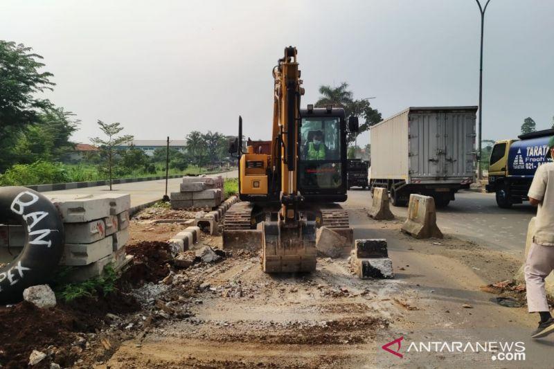 Pembatas jalan sepanjang 4,8 kilometer di Sentul Bogor dibongkar