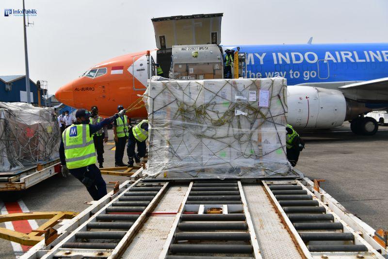 Ratusan ribu dosis vaksin Pfizer dan AstraZeneca tiba di Indonesia
