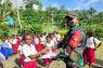 Satgas TNI Yonif 131 bagikan seragam sekolah di perbatasan saat Hari Anak Nasional